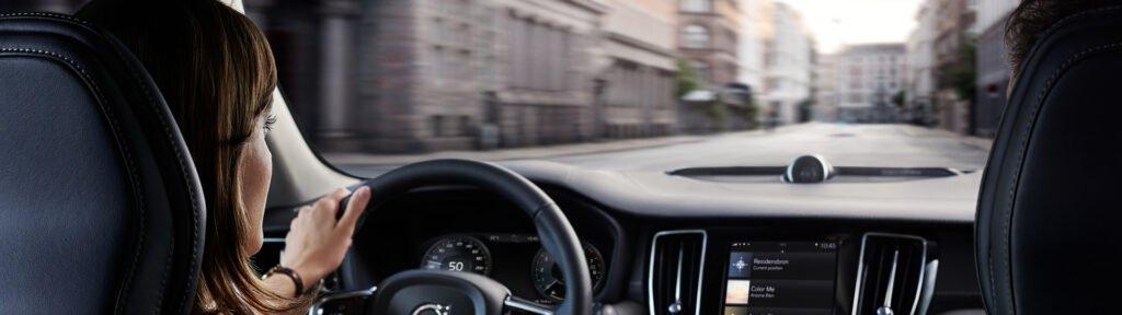 Kvinna som kör i stadstrafik. Tips till dig som mest kör korta sträckor med bilen.
