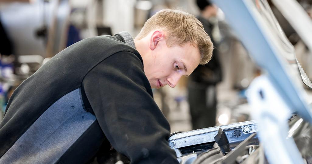 Servicetekniker på Bilbolaget reparerar en bil