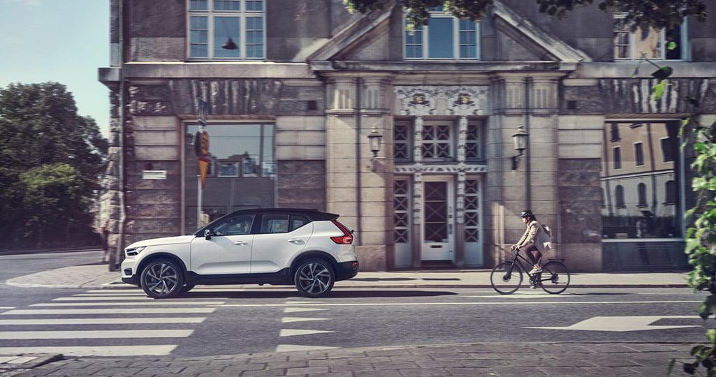 Vit Volvo XC40 i stadsmiljö