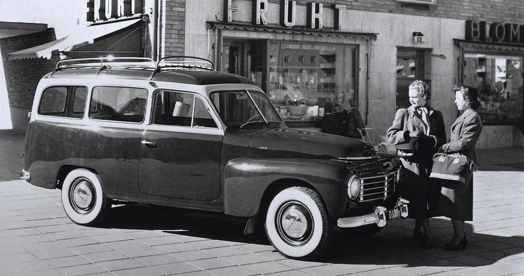 Två damer framför en Volvo PV445 Duett, Volvos första herrgårdsvagn