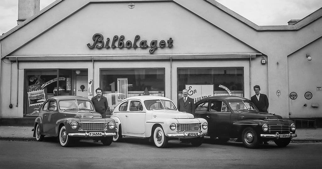 Tre Volvo PV är uppställda på Bergsgatan 6 utanför Bilbolagets gamla, numera rivna, lokaler.