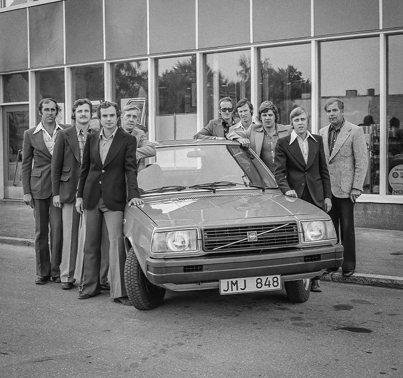 Bilbolagets försäljare samlade runt en Volvo 343.