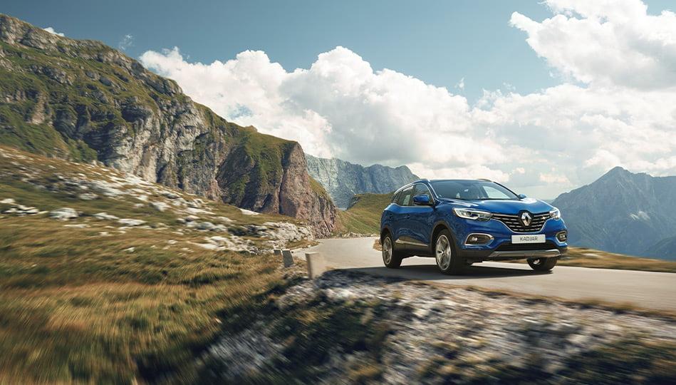 Blå Renault Kadjar som körs i bergen