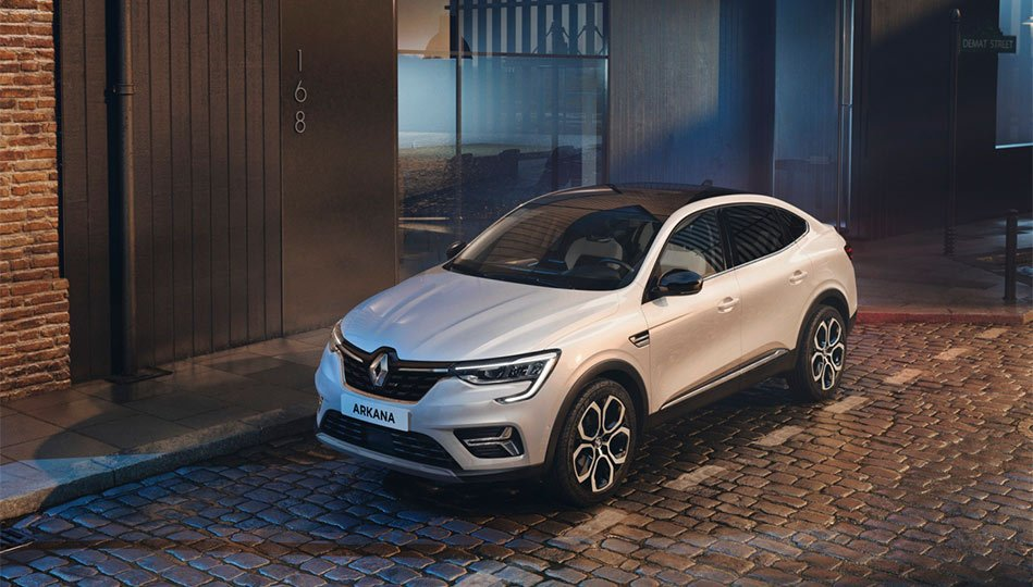 Vit Renault Arkana parkerad på gatan