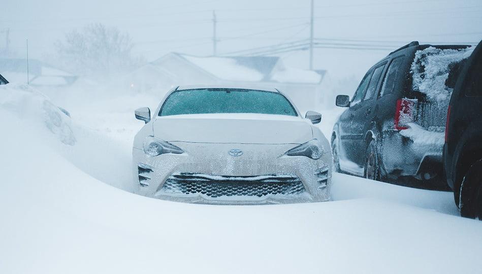 Se till att ha isskrapa, borste och snöskyffel i bilen