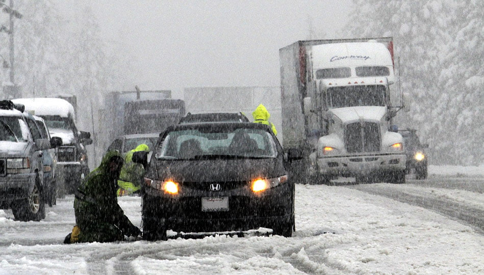 Bil som står stilla i vägrenen med problem i snöstorm